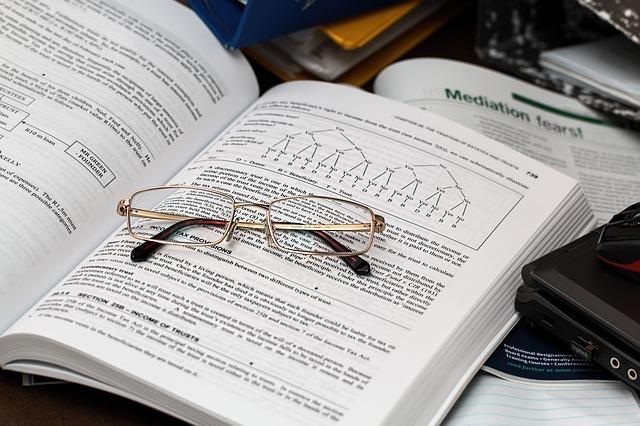 参考書の上に眼鏡が置かれている写真