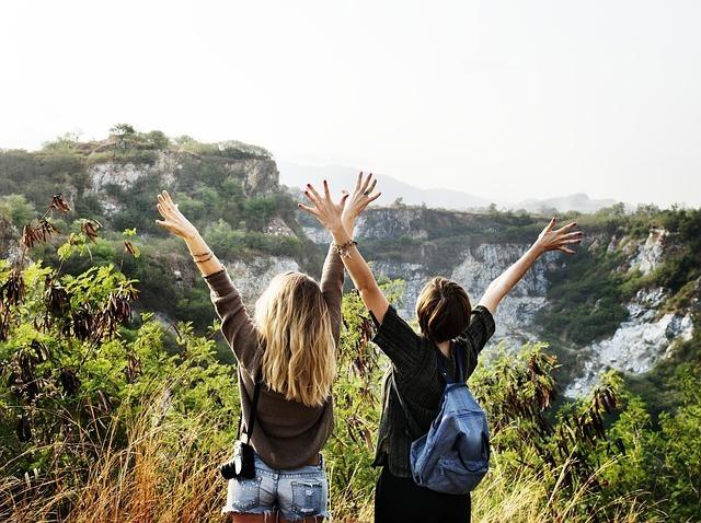 女性2人が絶景を見て楽しんでいる