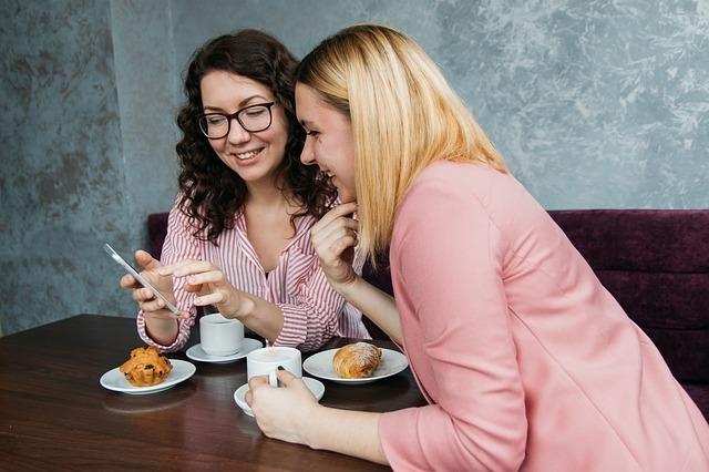 会話する女性2人の写真です。