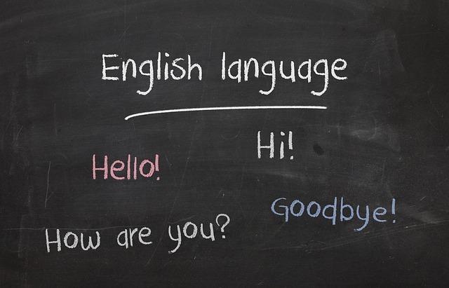黒板に英語であいさつなどが書かれている写真です。
