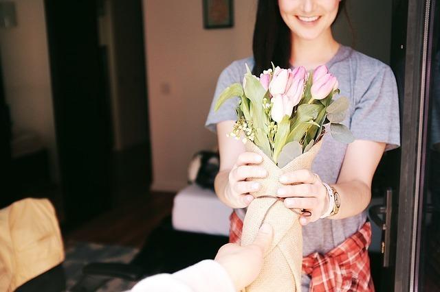 女性に花束を渡している画像です。