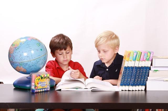 子供が勉強をしている画像です。