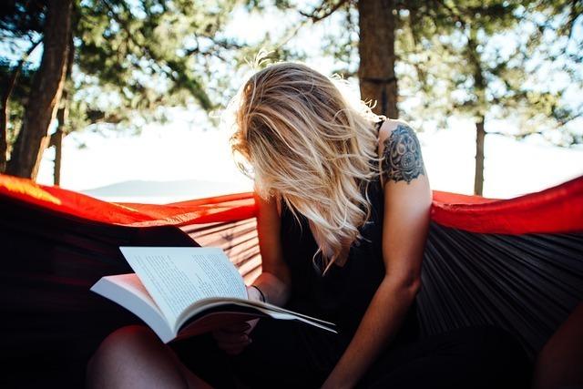 女性が本を読んでいる画像です。