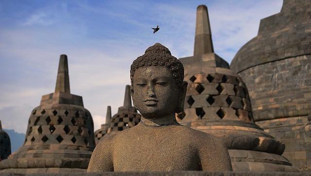 インドネシア、ボロブドゥール寺院にある石像の写真