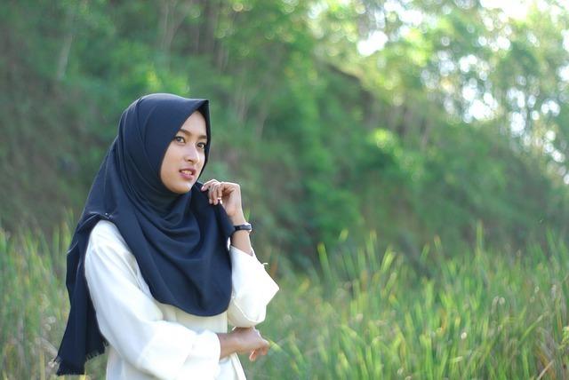 紺色のヒジャブをかぶった女性の写真