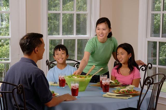 アジア系ファミリー4人の食卓