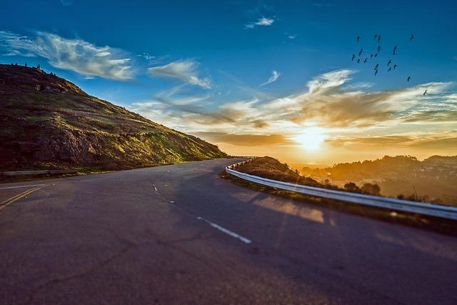 山道の先に見える日の出