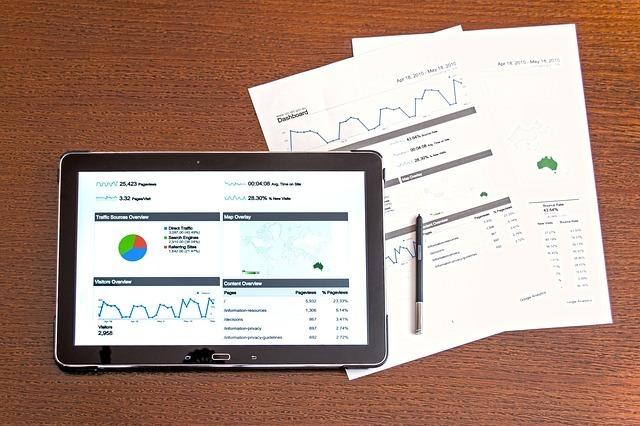 グラフ、データ、タブレットと書類