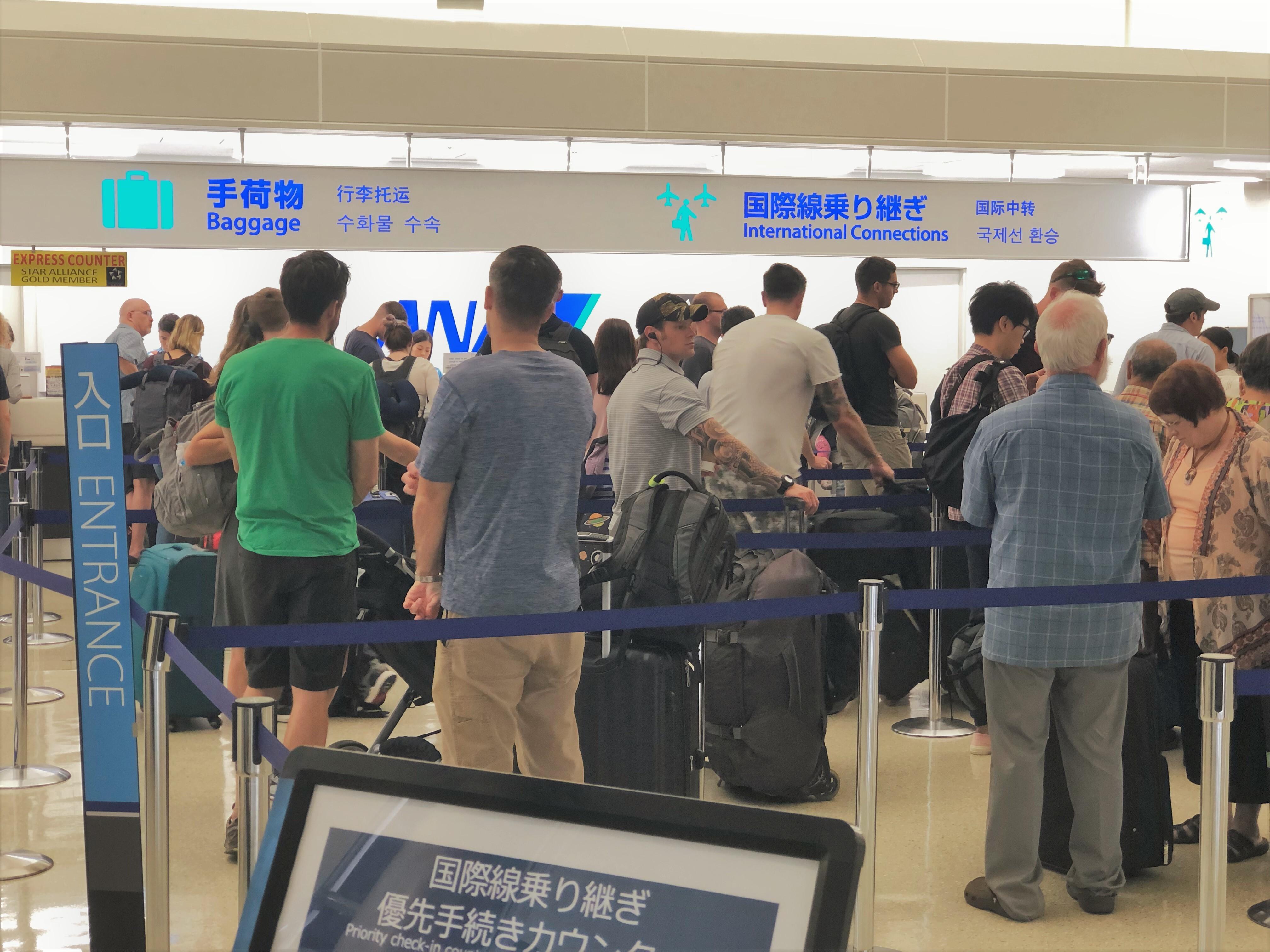 空港で列に並ぶ人々の写真