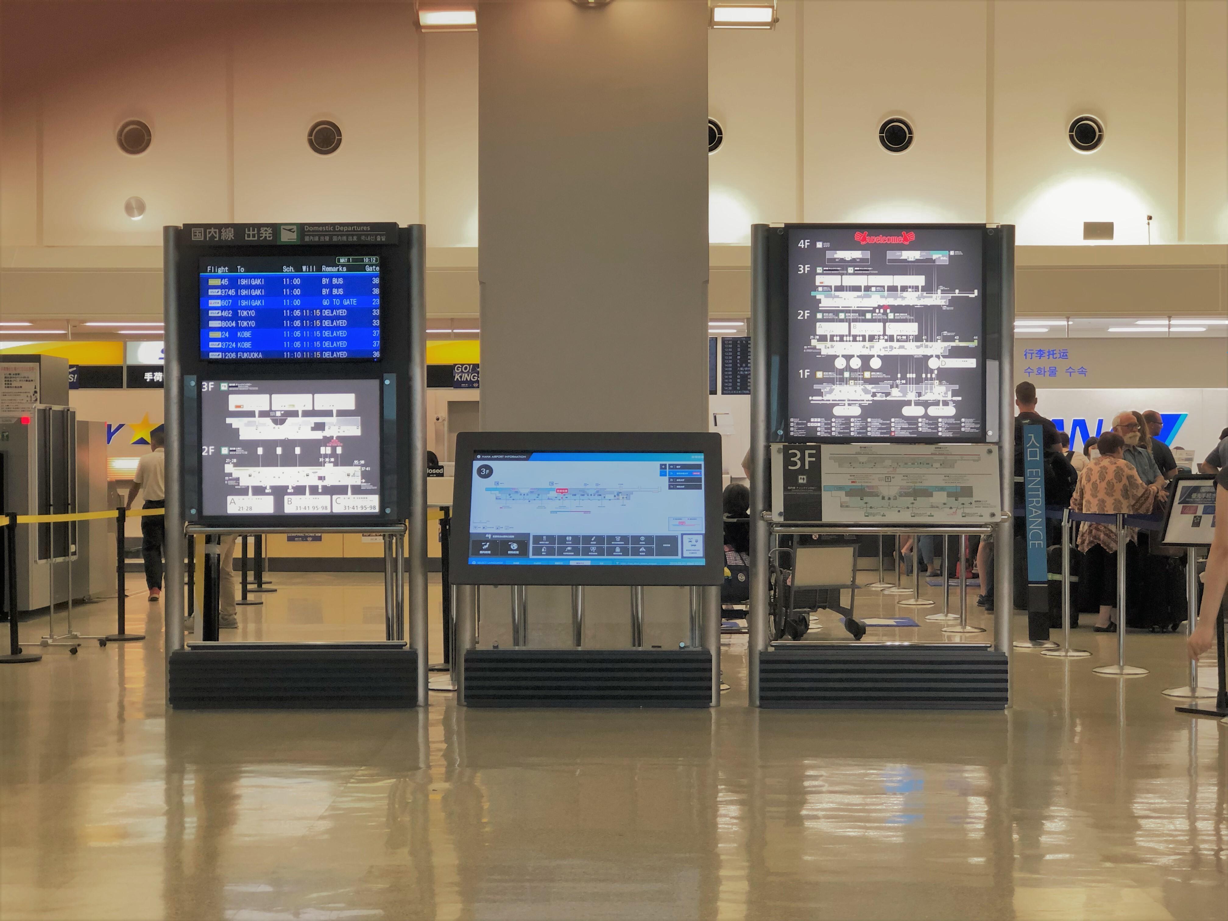 空港内の電子掲示板の写真