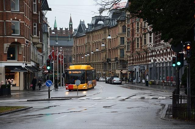 外国の町並みとバス