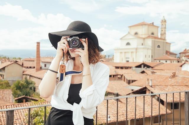 カメラを構える白人女性