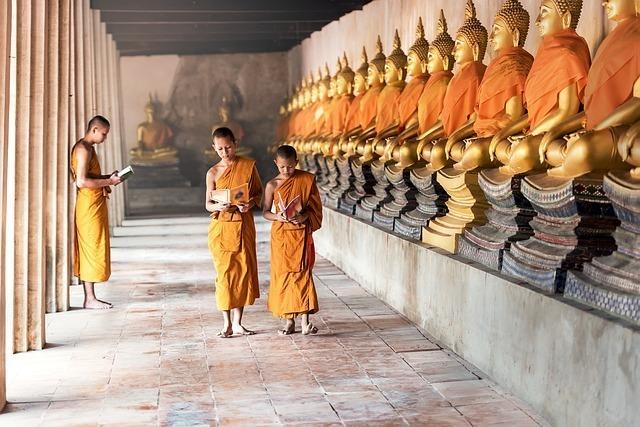 子供の僧侶と仏像