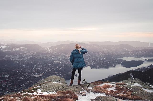 女性が高所から麓を見下ろしている
