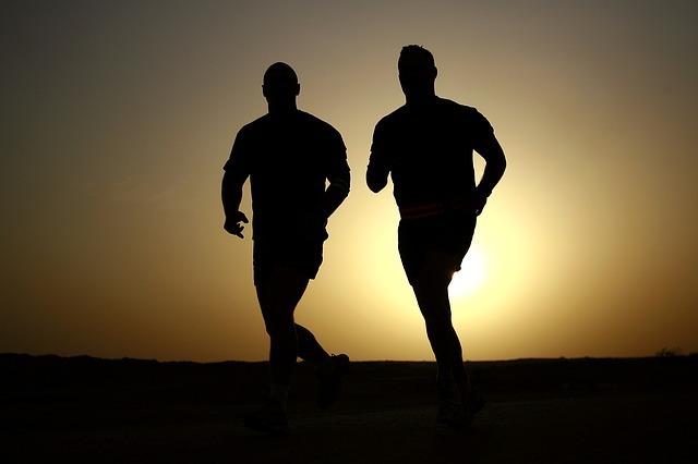 並んで走る男性2人です。
