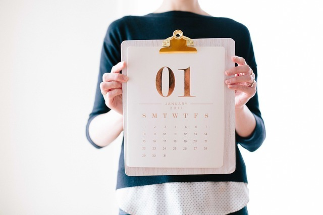 カレンダーを持つ女性の写真