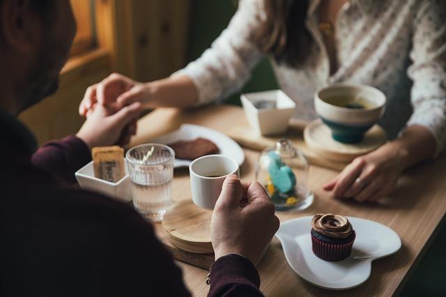 カフェでお茶をするカップルの写真