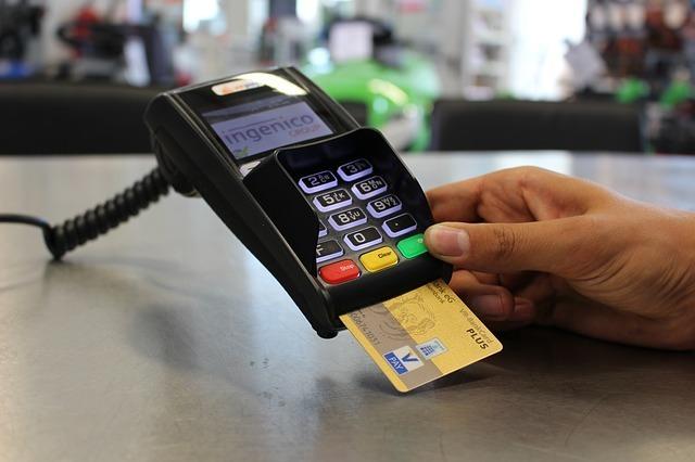 クレジットカードで精算をしている写真