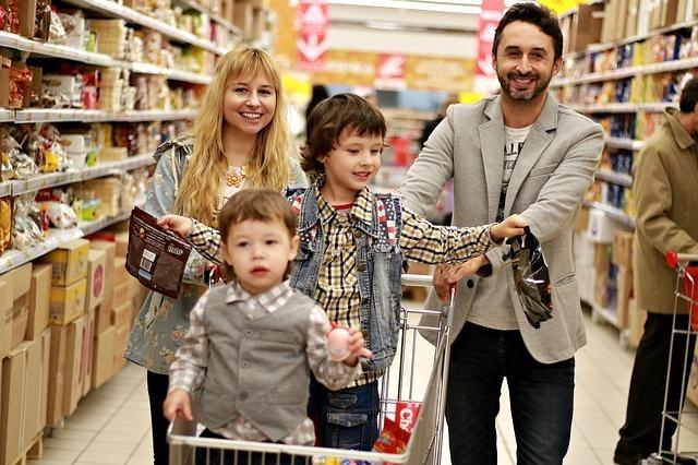 スーパーマーケットで4人家族がお買い物