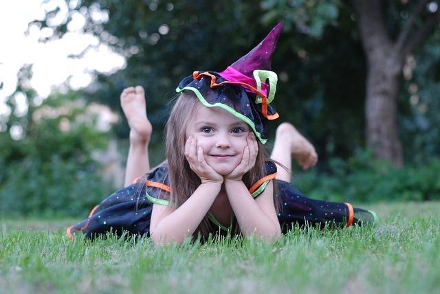 魔女のコスチュームを来た女の子の写真