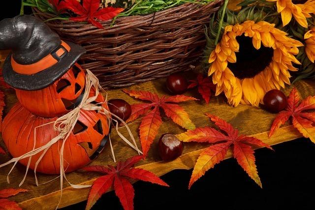 ジャック・オー・ランタンを含むハロウィンの飾りつけの写真