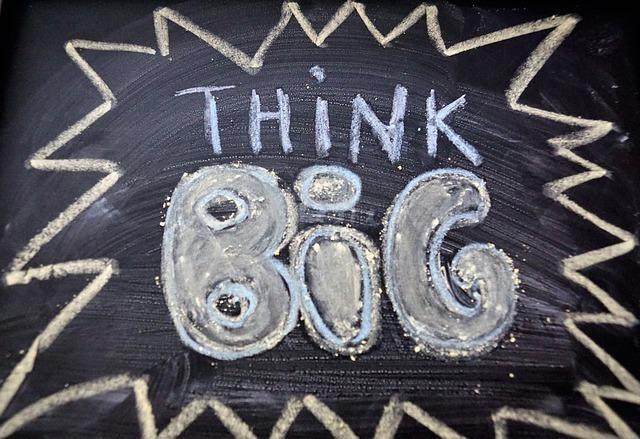 チョークでthink bigと書かれた黒板の写真
