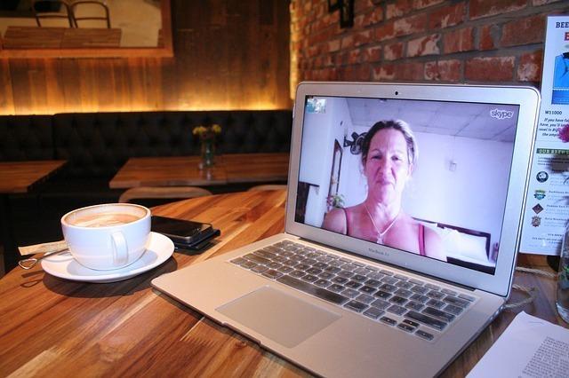 パソコンと女性、コーヒーカップ