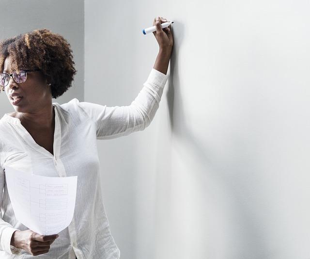 黒人の女性が講義をしている写真