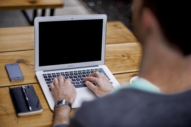 パソコンを使って仕事をしている男性の写真