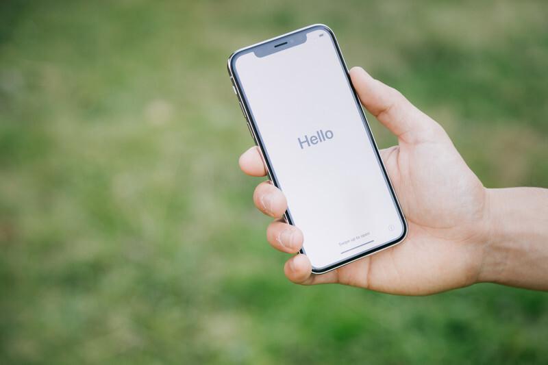 Helloと書かれたスマートフォンの写真