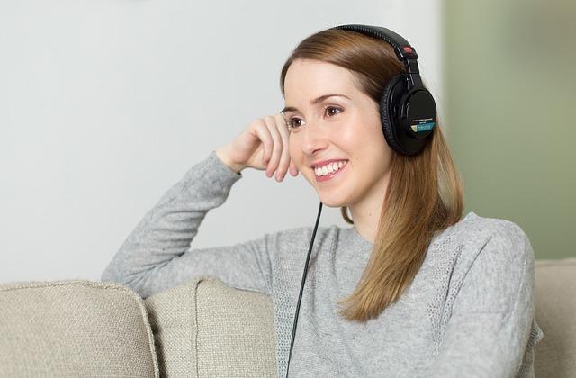 ヘッドフォンをつけている女性の写真