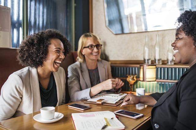 笑いながら会話している外国の女性たちの写真