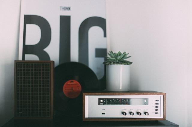 レコードとオーディオプレイヤーの写真