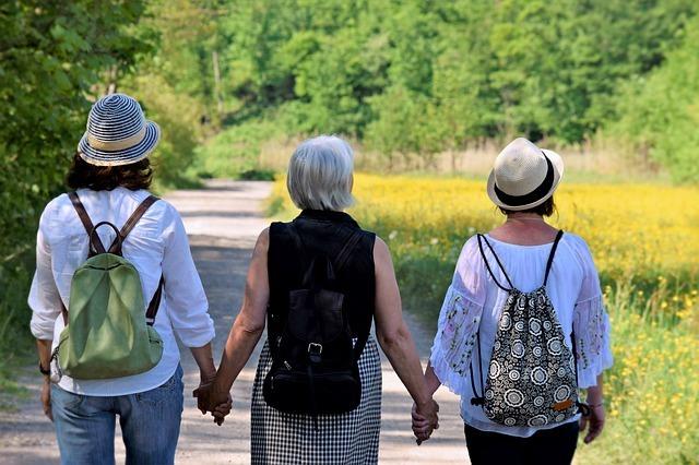 ハイキングする3人の女性