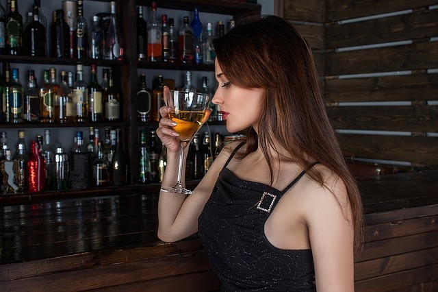 お酒を持つ外国人女性