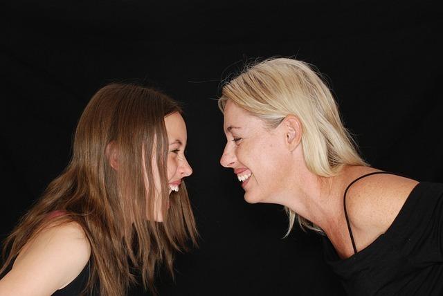 女性2人爆笑