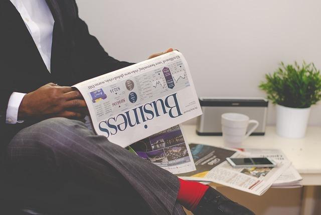 英語のニュース記事を読む男性の写真