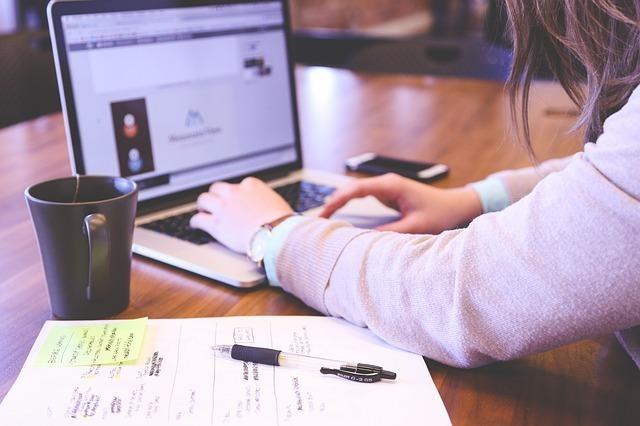 WEBサイトで英語学習する女性の写真