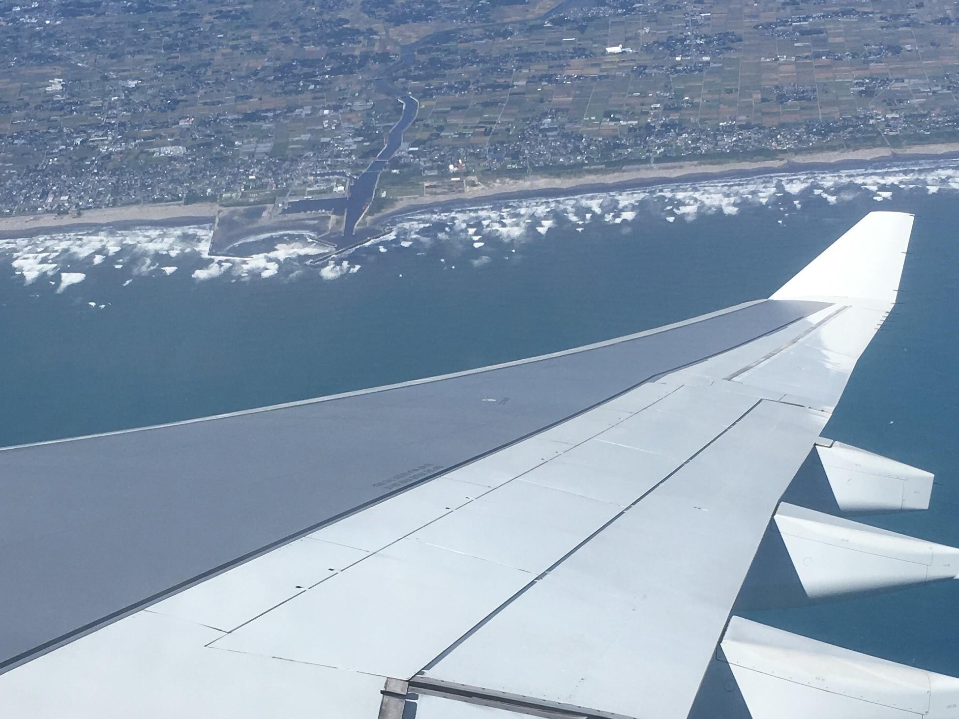 成田空港に着陸態勢に入る飛行機からの景色