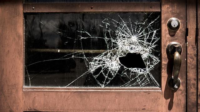 壊れた窓ガラス