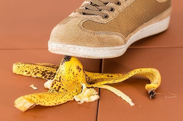 バナナを踏んで転びそう