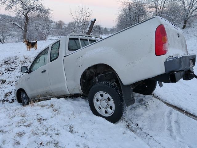 雪の中に突っ込んだトラック