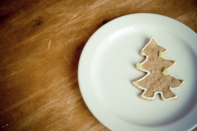 木の形をしたクッキーが1枚乗った白い皿の写真