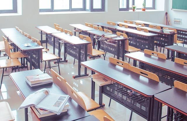 机と椅子が並んだ教室の写真