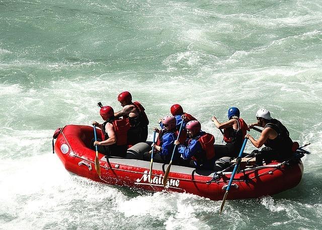 激流でボートを漕ぐ人々
