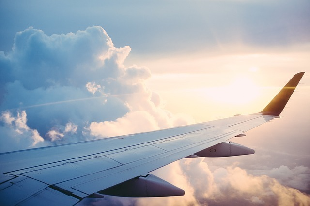 飛行する旅客機の片翼の写真