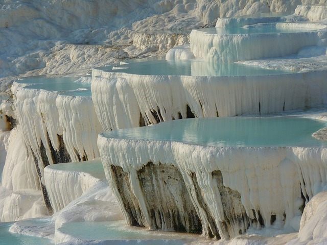 白い丘陵地の写真