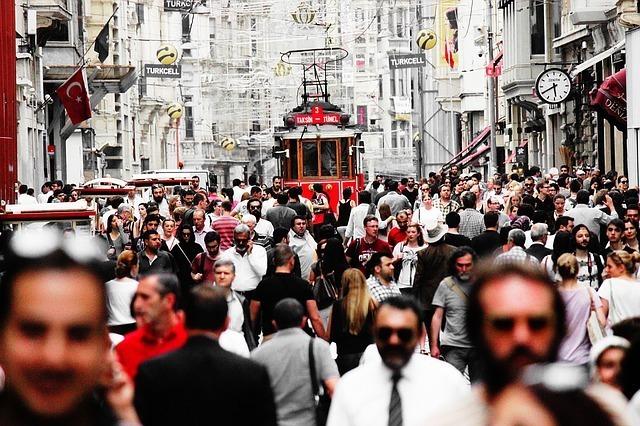 歩行者が行き交うトルコの街の写真