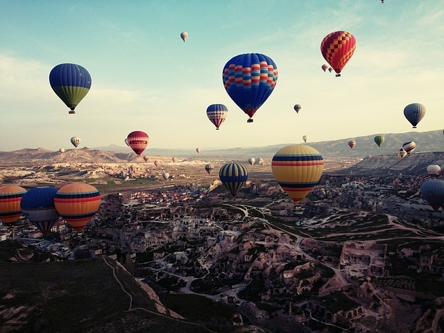 たくさんのカラフルな気球の写真