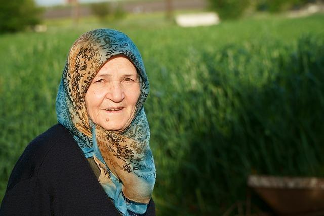 スカーフをまいたイスラムの女性の写真